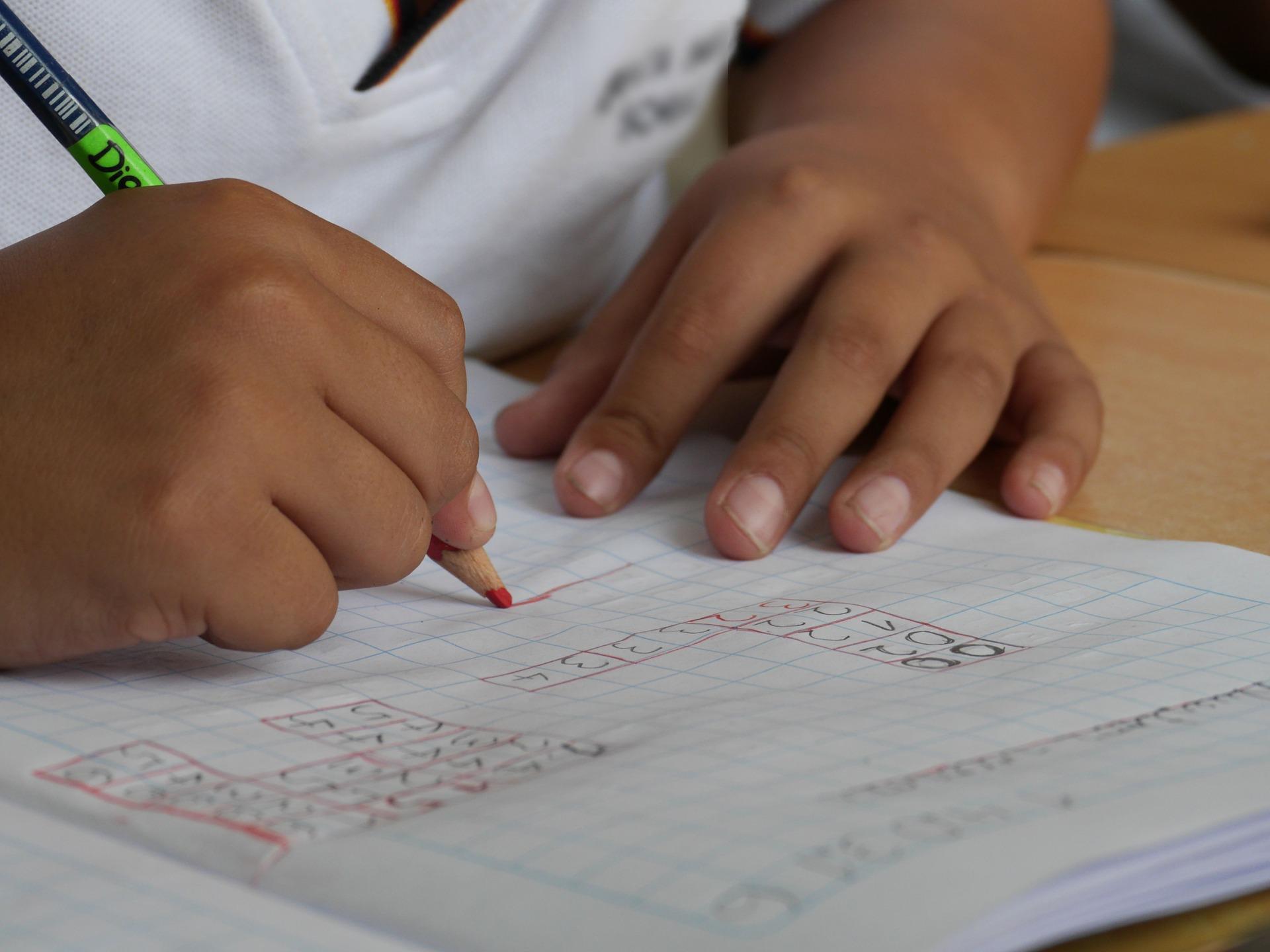 Kind schreibt mit Buntstift - Begabungsgdiagnostik