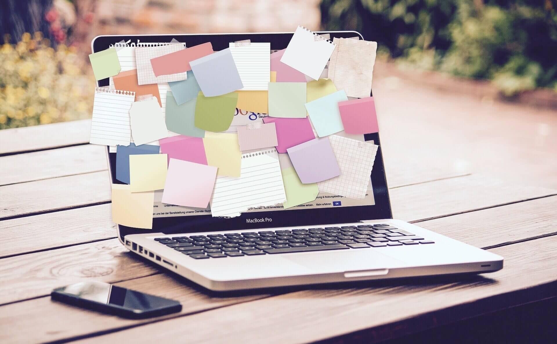 Laptop mit 100 Post-Its - Beratung schafft Klarheit