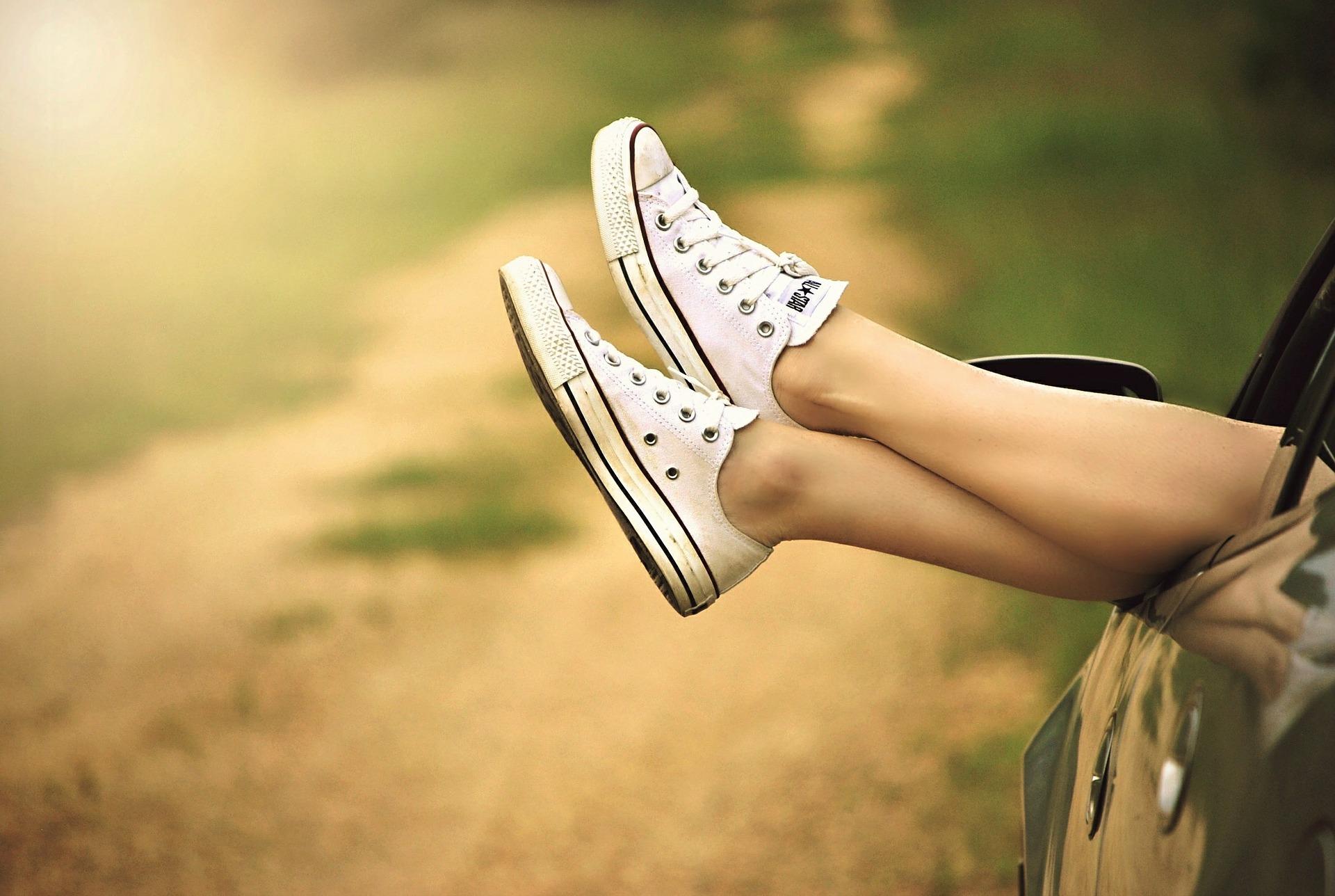 Füße aus der Autotür strecken - Coaching kann Entspannung in wichtigen Fragen bringen