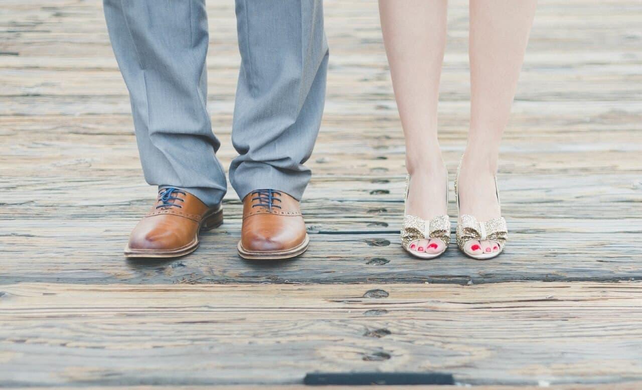 Schuhe eines erwachsenen Paars