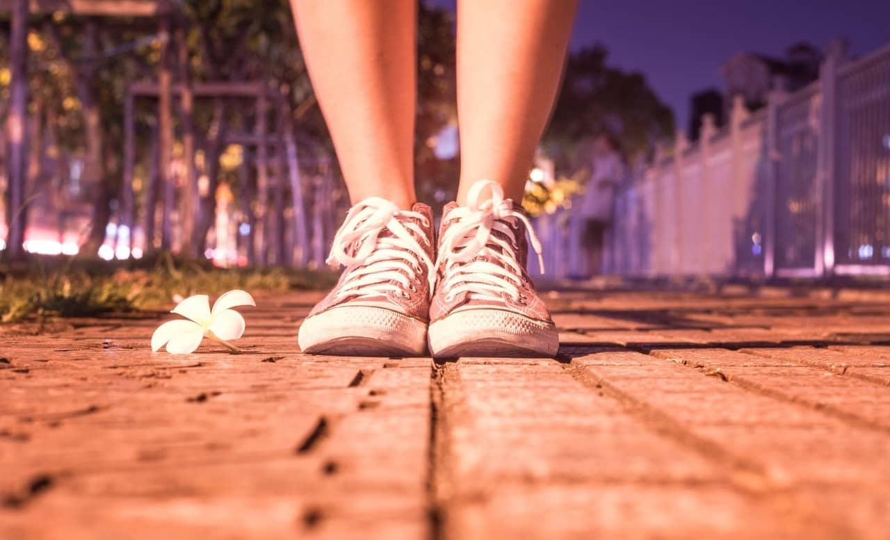 Schuhe einer Jugendlichen