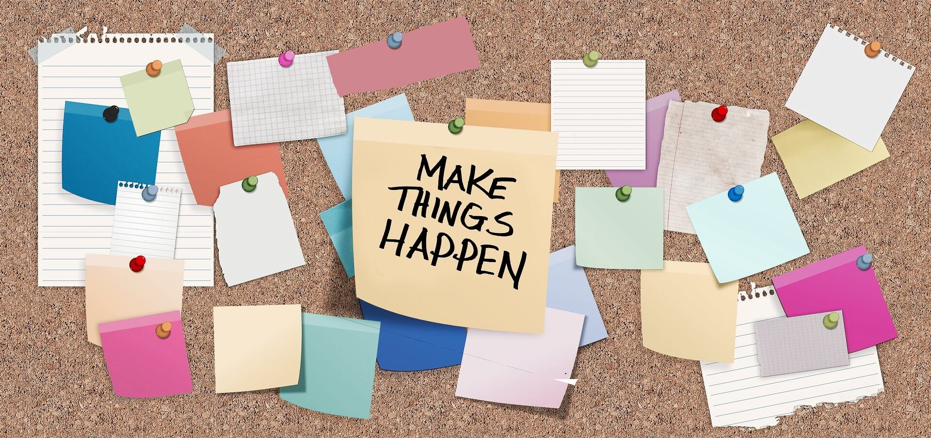 Pinnwand mit einem Post-It Make Things Happen